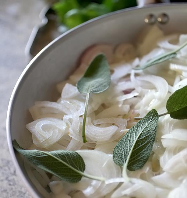 zuppa di cipolle con la salvia